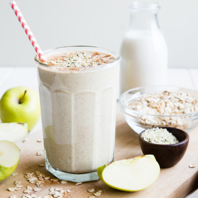 A breakfast smoothie with apples, oats, and spices