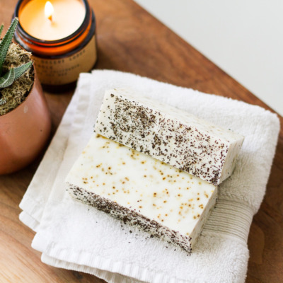 Homemade earl grey tea soap! An easy afternoon project thanks to a triple butter melt-and-pour soap base and luscious essential oils.