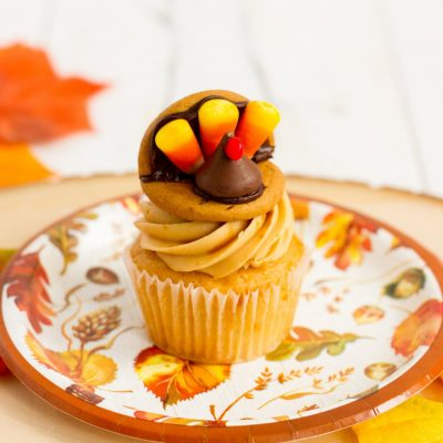 These turkey cookies also make great cupcake toppers and perfect place card holders! With all store-bought ingredients, they are an fast and easy, kid-friendly project.